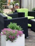 Mobili da giardino sul terrazzo o sul balcone fotografie stock