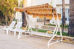 Mobilia all'aperto bianca Le sedie di salotto nel giardino dell'hotel vi invitano a rilassarsi Fotografie Stock