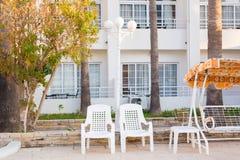 Mobilia all'aperto bianca Le sedie di salotto nel giardino dell'hotel vi invitano a rilassarsi Fotografia Stock Libera da Diritti