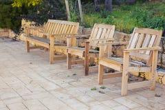 Mobilia all'aperto bianca Le sedie di salotto nel giardino dell'hotel vi invitano a rilassarsi Immagini Stock Libere da Diritti
