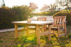 Mobilia all'aperto bianca Le sedie di salotto nel giardino dell'hotel vi invitano a rilassarsi Fotografia Stock