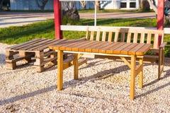 Mobilia all'aperto di legno Le sedie di salotto nel giardino dell'hotel vi invitano a rilassarsi Immagine Stock