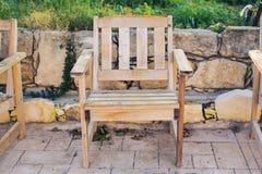Mobilia all'aperto di legno Le sedie di salotto nel giardino dell'hotel vi invitano a rilassarsi Immagine Stock Libera da Diritti