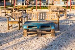 Mobilia all'aperto di legno Le sedie di salotto nel giardino dell'hotel vi invitano a rilassarsi Fotografie Stock Libere da Diritti