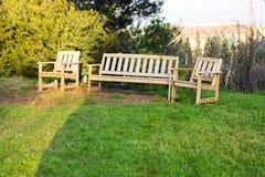 Mobilia all'aperto di legno Le sedie di salotto nel giardino dell'hotel vi invitano a rilassarsi Fotografia Stock