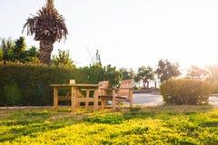 Mobilia all'aperto di legno Le sedie di salotto nel giardino dell'hotel vi invitano a rilassarsi Fotografie Stock