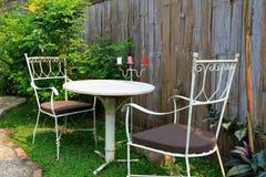 Mobilia all'aperto nel giardino Fotografie Stock Libere da Diritti