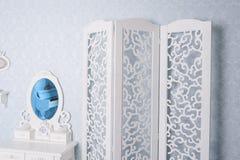 Mobilia bianca di progettazione in studio fotografia stock