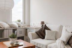 Mobilia bianca in salotto contemporaneo Fotografie Stock Libere da Diritti