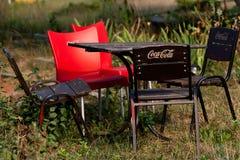 Mobilia del giardino con la coca-cola di marchio. Fotografia Stock