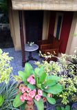Mobilia del patio di un giardino di balinese Fotografie Stock Libere da Diritti