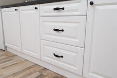 Mobilia della cucina Cassetti bianchi della cucina fotografia stock libera da diritti