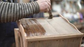 Mobilia di legno di rifinitura con vernice incolore nello studio di conoscenza dei boschi stock footage