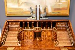 Mobilia di mogano con legno a mano scolpito progettista sotto forma dell'atrio e del balcone Contro una parete grigia e un'immagi fotografie stock
