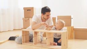 Mobilia di montaggio del figlio e del padre a casa video d archivio