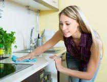 Mobilia di pulizia della domestica in cucina Fotografia Stock