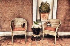 Mobilia di vimini del portico fotografia stock