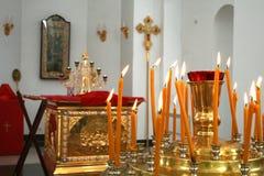 Mobilia e candele interne di un tempiale ortodosso 5 Fotografie Stock