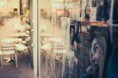 Mobilia e finestra vaghe del caffè Fotografie Stock Libere da Diritti