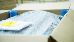 Mobilia imballata in una scatola azione Produzione della mobilia Imballaggio delle componenti della mobilia che attendono al tras video d archivio