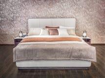 Mobilia moderna beige grigia di lusso del letto con il letto modellato con la testata di cuoio della tappezzeria Letto molle del  Immagine Stock Libera da Diritti