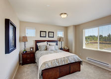 Mobilia moderna della camera da letto nella stanza luminosa con la finestra Fotografia Stock