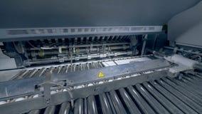 Mobiliario de oficinas de la impresión que trabaja con las pilas de papel, cierre para arriba almacen de metraje de vídeo