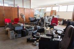 Mobiliarios de oficinas abandonados Imagen de archivo libre de regalías