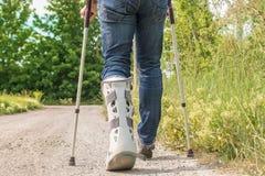 Mobilidade com a tecnologia médica usando o exemplo de uma ortose ortopédica no pé mais baixo foto de stock royalty free