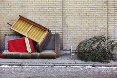 Mobilie ubriaco fradicie sul marciapiede Fotografia Stock