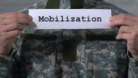 Mobilisering som är skriftlig på papper i händer av den manliga soldaten, militärtjänst stock video