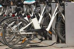 Mobilità urbana sostenibile Bici sulla città Trasporto elettrico fotografia stock libera da diritti