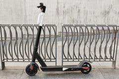 Mobilità urbana sostenibile Motorino sulla città Trasporto elettrico fotografia stock