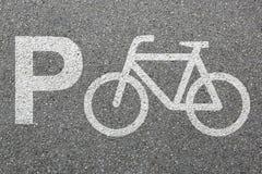 Mobilité de ville du trafic de cycle de parc de bicyclette de vélo de signe de parking Photographie stock libre de droits