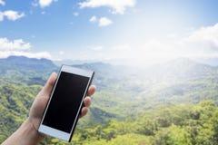 Mobilkommunikationsgeräte in der Mobilkommunikationstechnologie Gebirgsart mit unscharfem Hintergrund Stockfoto
