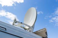 Mobilna antena satelitarna wspina się na samochodzie Zdjęcia Stock