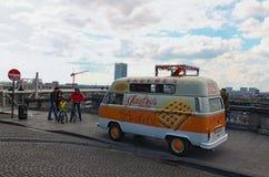 Mobilna retro rocznika sklepu ciężarówka z signboard z dużym opłatkiem Obrazy Royalty Free