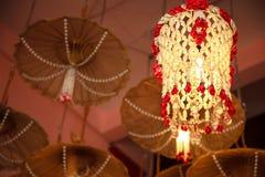 Mobilnej girlandy podsufitowa wisząca lampa dekoruje meble z drewnianym parasola tłem, dom architektury domowy wewnętrzny projekt fotografia stock