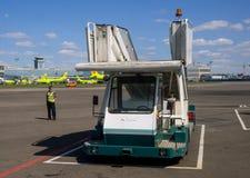 Mobilni pasażerscy schodki czeka przyjazd samolot przy Domodedovo lotniskiem Zdjęcie Royalty Free