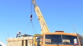 Mobilny żuraw opuszcza betonową płytę na budynku zdjęcie wideo