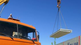 Mobilny żuraw podnosi betonową płytę w powietrze zdjęcie wideo