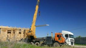 Mobilny żuraw rusza się betonową płytę zbiory
