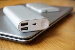 Mobilny biuro z aluminiowym laptopem, telefonem komórkowym i źródłem zasilania na drewnianym stole, (władza bank) Obrazy Stock