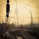 Mobilny fotografii brzmienia czerwieni pociąg na kolejowym śladzie Zdjęcia Stock