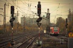 Mobilny fotografii brzmienia czerwieni pociąg na kolejowym śladzie Obrazy Stock