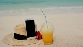 Mobilny internet gdziekolwiek w świacie, pojęcie Używać internet i twój smartphone nawet na dalekiej tropikalnej wyspie obrazy royalty free