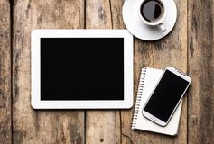 Mobilny miejsce pracy z pecetem, telefonem i filiżanką kawy pastylki,