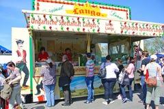 Mobilny plenerowy jedzenie stojak z tradycyjnym Węgierskim jedzeniem dzwonił «Lángos przy fairground podczas dużego rocznego pchl zdjęcie royalty free
