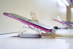 Mobilny przedstawienie w telefonu komórkowego sklepie fotografia stock