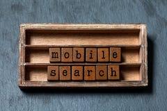 Mobilny rewizi pojęcia tekst Drewniana półka z textured listami i blokami Szarości kamienny tło, makro-, miękka ostrość, W górę obraz stock